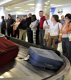 Varios viajeros esperan su equipaje en un aeropuerto. (Foto: EFE)