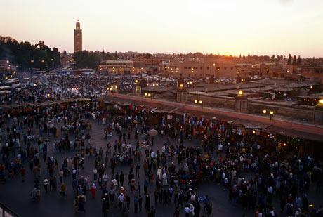 La plaza Djmaa el Fna , en Marrakech, bullicioso punto de encuentro.