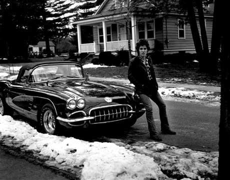 Bruce, con su Corvette y menos años, en su barrio de New Jersey.