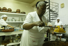 Teresa Izquierdo cocinando.