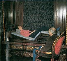El Dr. Moody con un paciente.