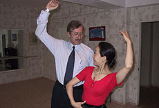 El 'embajador del flamenco' bailando sevillanas.