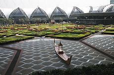 Patio ajardinado del aeropuerto de Bangkok.