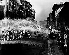 Durante el verano, la ducha colectiva, Lower East Side 1937.