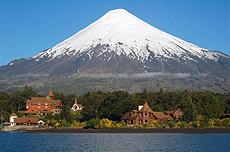 El volcán Osorno y el Hotel Petroué.