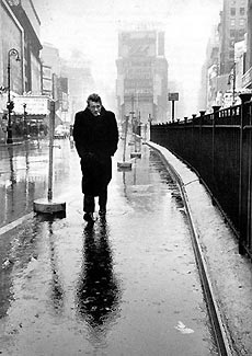 James Dean camina atribulado por Times Square. Nueva York, 1955. Dennis Stock