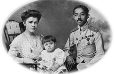 Katya y Chakrabongse con su hijo.