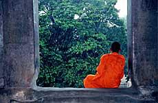 Un monje contempla la lluvia./ C.G.M.