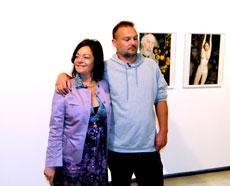 Juergen Teller junto a la directora general Archivos, Museos y Biblotecas ante algunas de sus fotos.