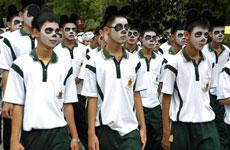 Estudiantes disfrazados de oso panda.