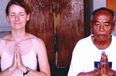 Elizabeth Gilbert con su gurú, Ketut Liyer.
