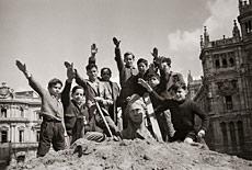 Niños saludando en Cibeles. Foto: Santos Yubero