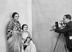 Santos Yubero con las actrices Concha Constanzo y Carola Fernán Gómez.