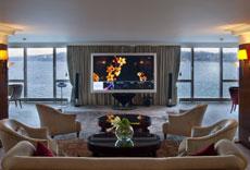 Está equipada con gimnasio, jacuzzi, 12 dormitorios, 12 baños, piano de cola, terraza privada y un salón de 250 metros cuadrados.