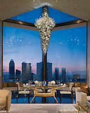 La suite del Four Seasons de Nueva York tiene tiene vistas panorámicas de toda la ciudad, un techo de 7,6 metros de altura, terraza, jardín, sala de spa y una espectacular biblioteca privada.