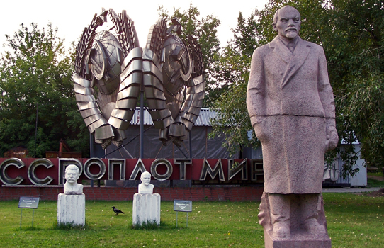 El cementerio de las estatuas caídas